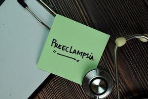 Preeclampsia écrit sur une paperasse isolée sur table en bois