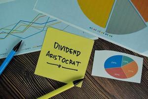 Aristocrate de dividende écrit sur pense-bête isolé sur table en bois