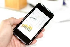 graphiques sur un smartphone en main
