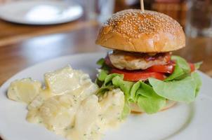 burger de poulet sur une assiette photo