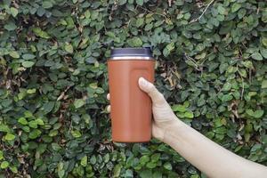 tasse thermos en aluminium à la main