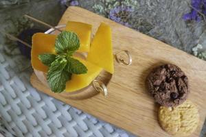 tas de fruits de mangue jaune