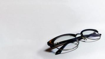 Spécifications de lunettes en perspective sur fond propre et isolé photo