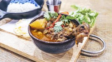 plat indien thaïlandais curry massaman avec poulet et pommes de terre photo