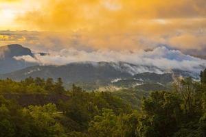 coucher de soleil au-dessus des montagnes photo
