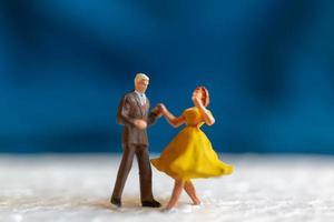 couple miniature dansant sur un plancher, concept de la saint valentin