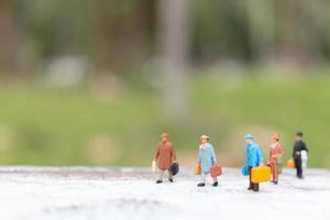 voyageurs miniatures marchant sur un concept de rue, de voyage et d'aventure