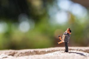 couple miniature debout dans le parc