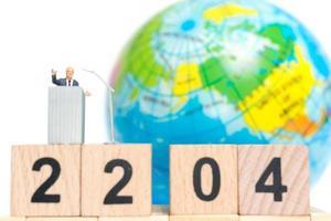 homme d & # 39; affaires miniature parlant sur le podium de la journée de la terre photo