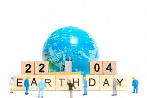 homme d & # 39; affaires miniature parlant sur un podium à propos de la journée de la terre photo
