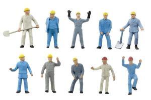 Travailleurs de la construction miniature sur fond blanc