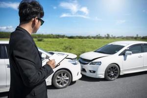 agent d'assurance examinant un accident de voiture