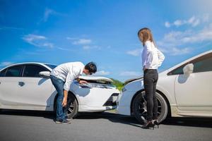 conducteurs discutant d'un accident de voiture photo