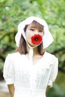 femme avec gerbera rouge photo