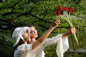 femmes brandissant des fleurs photo