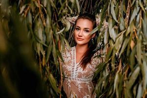 femme posant parmi les feuilles photo