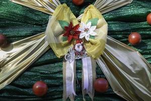 ruban et ornements de noël photo