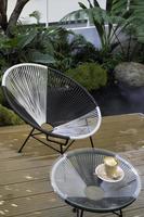 café sur une table extérieure photo