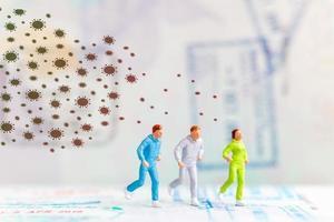 personnes miniatures fuyant l'infection de la grippe coronavirus 2019-ncov, concept de crise sanitaire photo