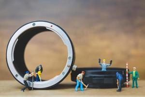travail miniature sur la vérification du tuyau, concept de service de réparation de plomberie