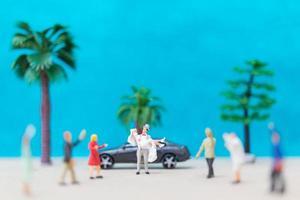 mariée et le marié miniature sur une plage, concept de mariage photo