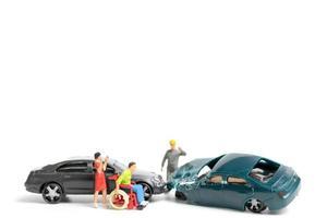 Personnes miniatures sur les lieux d'un accident de voiture, accident de voiture sur fond blanc, conduite en toute sécurité concept