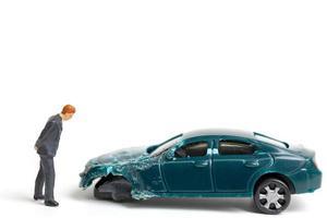 Personne miniature sur les lieux d'un accident de voiture, accident de voiture sur fond blanc, conduire en toute sécurité concept