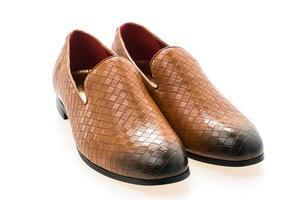 chaussures en cuir marron sur fond blanc