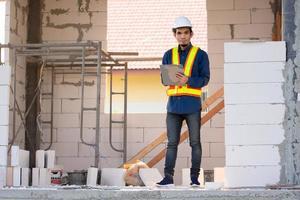 ingénieur en architecture inspecte le contrôle de la qualité sur le bâtiment du site photo