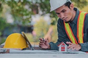 ingénieur travaillant sur tablette et ordinateur portable sur la construction du site