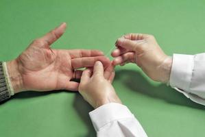 test sanguin sur le doigt