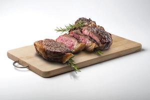 Fiorentina T-bone steak coupé sur planche à découper en bois rectangulaire photo