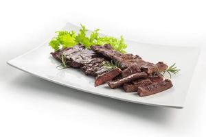 plat de viande bifteck de jupe et salade