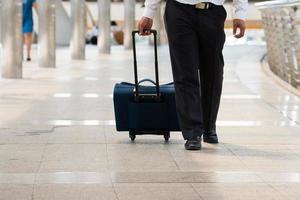 Jambes d'homme d'affaires marchant les escaliers dans la ville moderne photo