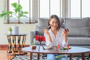 blogueur de beauté influenceur en streaming en direct examen des produits cosmétiques photo