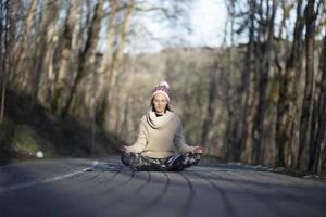 Une jeune femme athlétique effectue des exercices de yoga et de méditation à l'extérieur