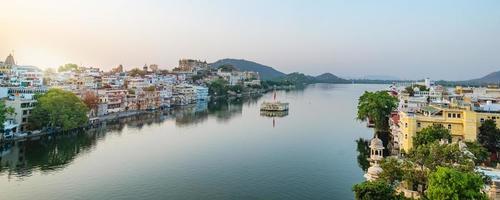 Ville d'Udaipur au lac Pichola le matin, Rajasthan, Inde photo