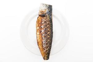 Poisson saba grillé sur plaque blanche photo