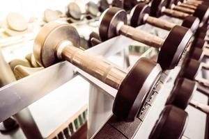 équipement d'haltères dans la salle de fitness