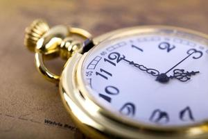 Gros plan d'une montre de poche en or