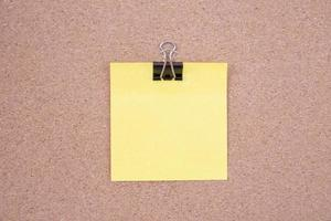 pense-bête jaune sur un panneau de liège photo