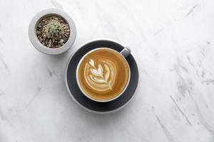 cappuccino et cactus sur marbre
