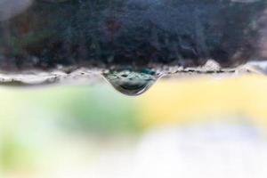 goutte d'eau sur le point de tomber