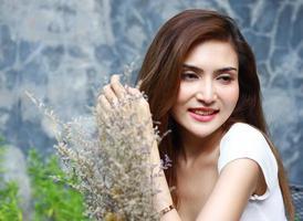 femme posant avec des fleurs photo