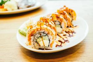 Rouleau de sushi au saumon, cuisine japonaise traditionnelle