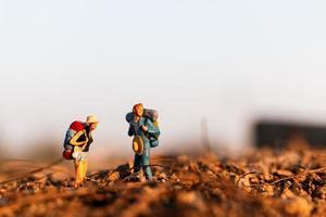 voyageurs miniatures avec sacs à dos alpinisme, randonnée et sac à dos concept de plein air photo