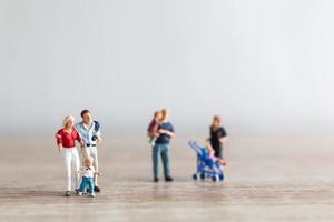 parents miniatures avec enfants marchant à l'extérieur, concept de famille heureuse photo