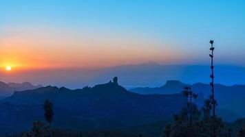 Coucher du soleil dans les montagnes de Gran Canaria avec le mont Teide en arrière-plan photo
