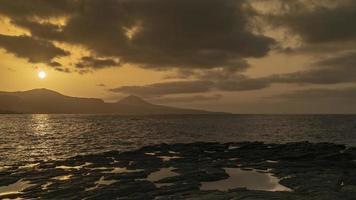 coucher de soleil sur l'île de gran canaria photo