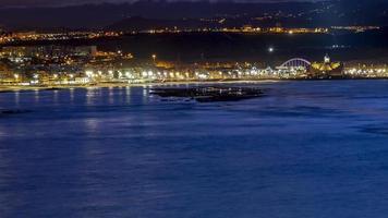 vue de nuit de la ville de las palmas photo